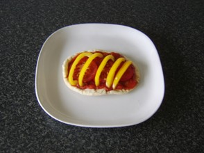 Yellow pepper and tomato is laid on the pitta bread