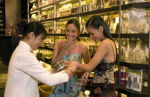 Choosing Jewellry in Bangkok
