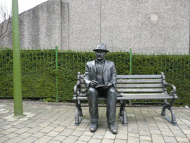 Memorial to L S Lowry