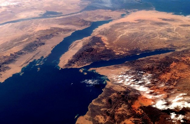 Red Sea forks into Gulf of Suez to west (left) of Sinai Peninsula and Gulf of Aqaba to east (right).