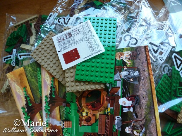 Box contents of Unexpected Gathering Hobbit House Lego set
