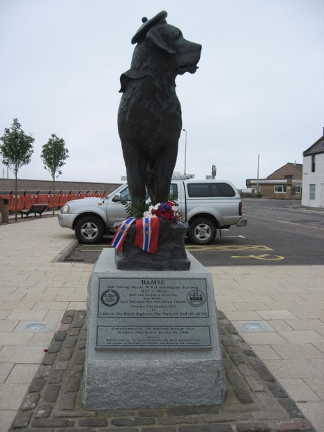 Statue of Bamse showing plaque