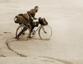 Kazimierz Nowak with his bike in the desert