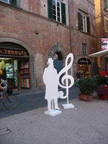 Puccini silhouette outside Museum